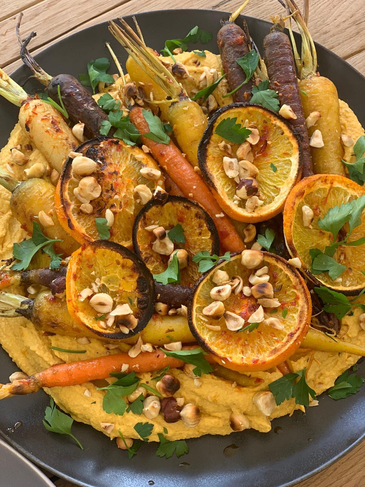 Zanahorias Rostizadas con Citrico con Hummus de Calabaza